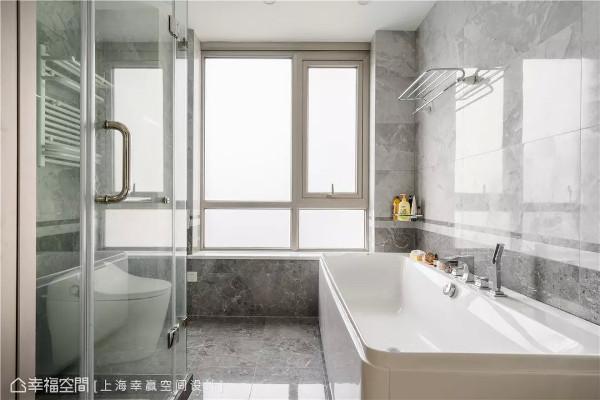 石纹丽景  卫浴空间以灰白基调的石纹材料来形塑,不仅提升卫浴空间的质感,其莹润与多层次的纹理也洋溢视觉效果。