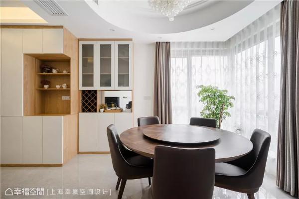 光影佐餐  明亮采光是住家优势之一,程兵设计师让餐桌贴着窗边设置,为家庭用餐奠定了一种温馨舒适的氛围。