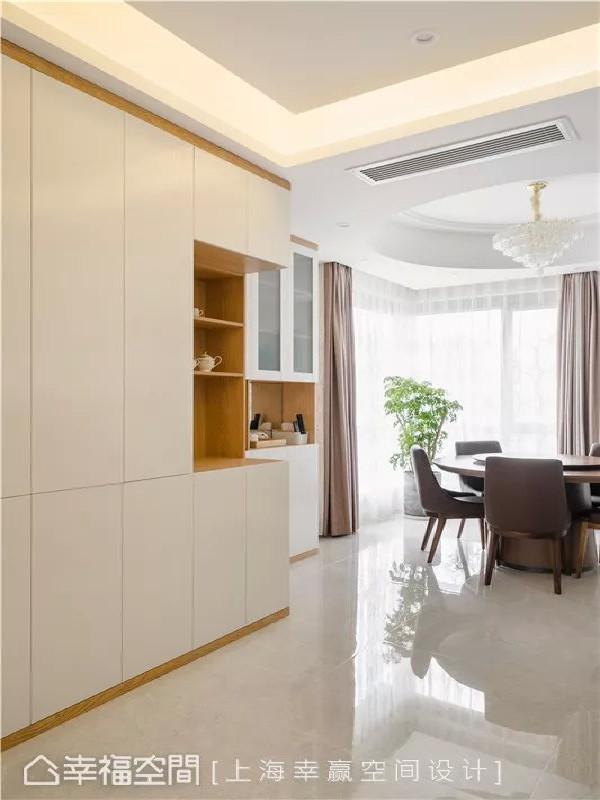 玄关柜体  自玄关入屋后,整个开放式平面未有独立玄关规划,上海幸赢空间设计利用一道顶天立地柜体表征玄关所在。