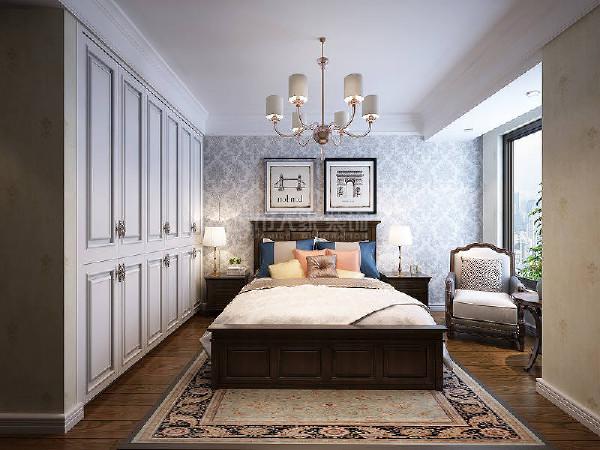 白色的衣柜大气沉稳,在棉麻床品的柔软中,营造出一种宁静致远的闲适。
