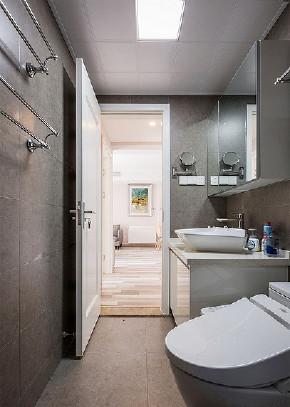 卫生间图片来自家装大管家在105平现代温暖3居 回归本真生活的分享
