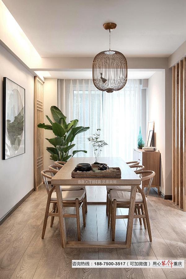 家具线条简约流畅,不同材质的运用和碰撞,凸显新中式风格特有的质感和美感。客餐厅以浅灰色和原木色为主色调,搭配造型线条干练的家具,再以精简的软装点缀。