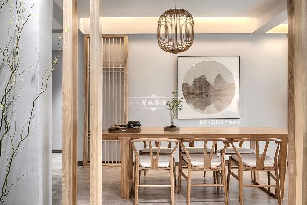 客餐厅连通设计给人以宽敞空间感受,南北通透,客餐厅一体的设计,室内与花园衔接自然。横轴动线贯穿整个空间,功能区划分井然,呈现一种流动韵律的美感。
