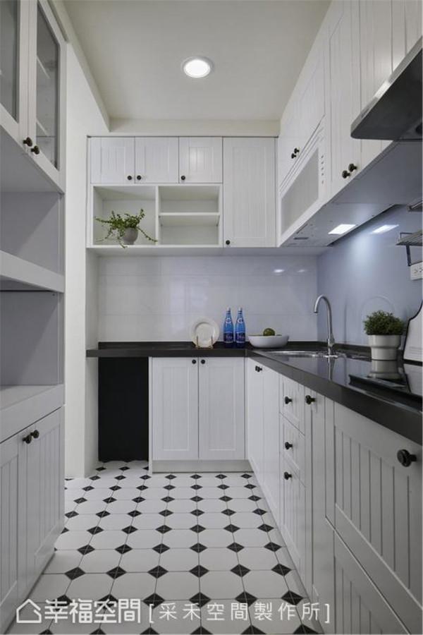 简化后的乡村风格恰如其分 满足女主人对于大厨房及拥有俐落收纳空间的想望,将厨房打造成简化花色与线条的美式乡村风,纯白与黑的空间现代性格。