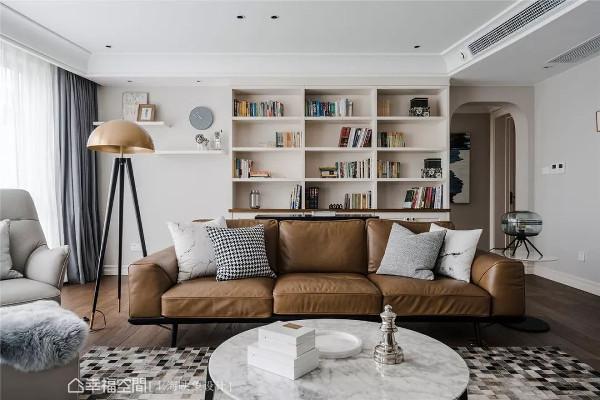 客厅拥有大面积的采光,并将白墙与木地板为基底,再结合沙发后方的展示墙及休闲区,让公领域呈现随兴氛围。