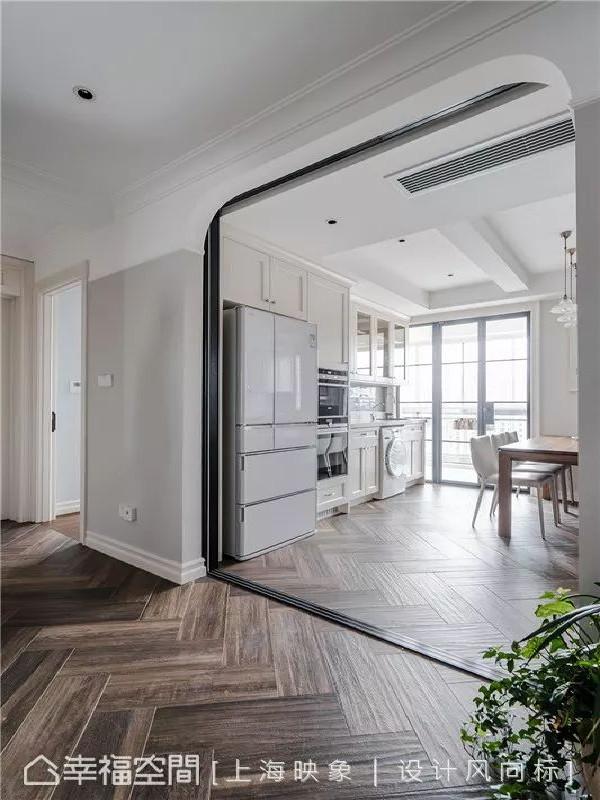 在餐厨区入口处,以圆弧拱门的形状打造门框,让美式风味中飘散淡淡乡村风,也为简单的居家线条加点变化。