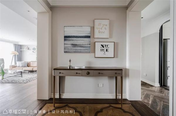 宽阔的玄关将入门动线一分为二,其简约无华的摆设,也揭示整体居家美式淡雅的风格味道。