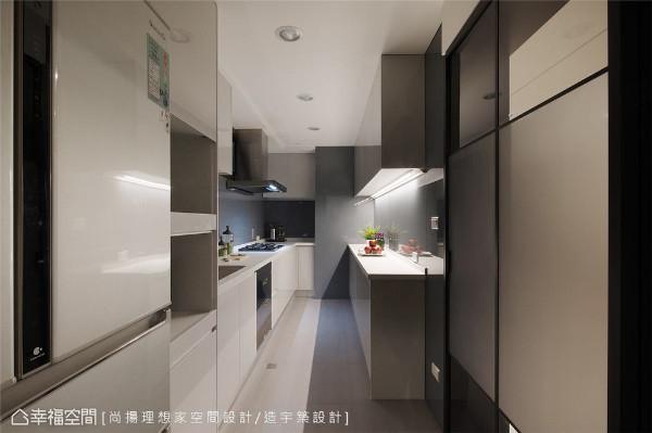 厨房改造 旧厨房畸零空间多、收纳凌乱、台面不足,设计师将过道整合并入,规划双一字型厨具,并更改炉台位置、地坪改铺石英砖、壁面包覆蓝灰色烤玻,完美变身超实用、好清洁的现代简约风格厨房。