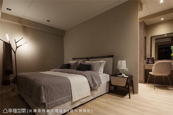 静谧舒眠 运用床头背墙形成独立更衣室,透过机能切割与配置,佐以灰系奶茶色的漆面彩度,让睡眠区回归素雅单纯的气质底蕴。
