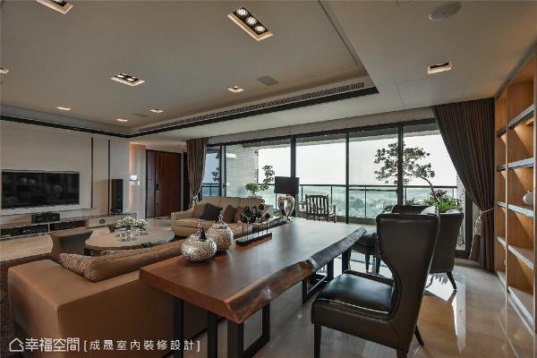 书桌 没有刻意隔出一处阅读区,仅隔着客厅沙发、摆放风格独具的实木书桌与皮革座椅,自然界定出书桌空间。