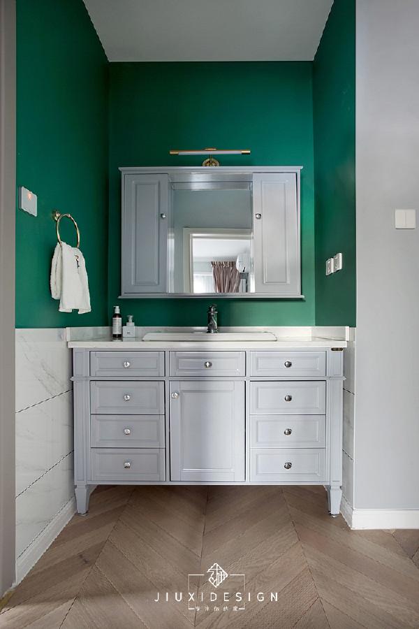 洗漱区这里选用了雅士白方砖+墨绿色防水涂料,配合灰色柜体形成反差萌。Aozzo的Led镜前灯跟墨绿墙面看起来很般配,灯杆正好可以跨过订制的150mm超薄镜柜,投射光束。