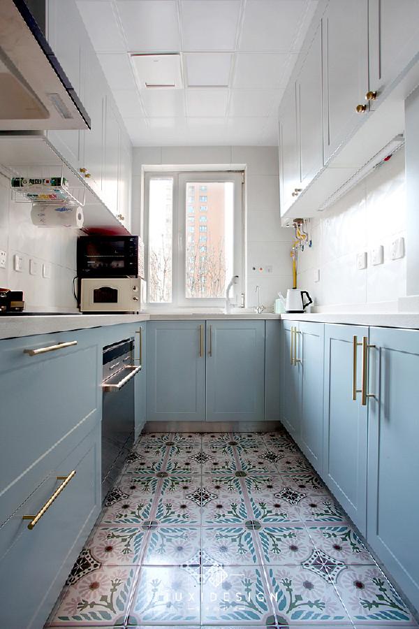 明厨最好的特点就是看起来干净。墙地砖均来自网红店小火柴,朴素自然的样式,衍生了一种盐系风格。搭配的是水蓝色+白色橱柜,黄铜色的长条和圆扣拉手相得益彰。