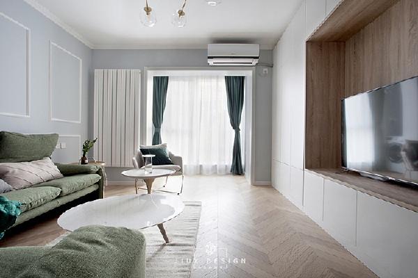待在客厅,最大的荣幸就是享受它的宽敞。甚至沙发都是件摆设,累了就躺在地毯上。