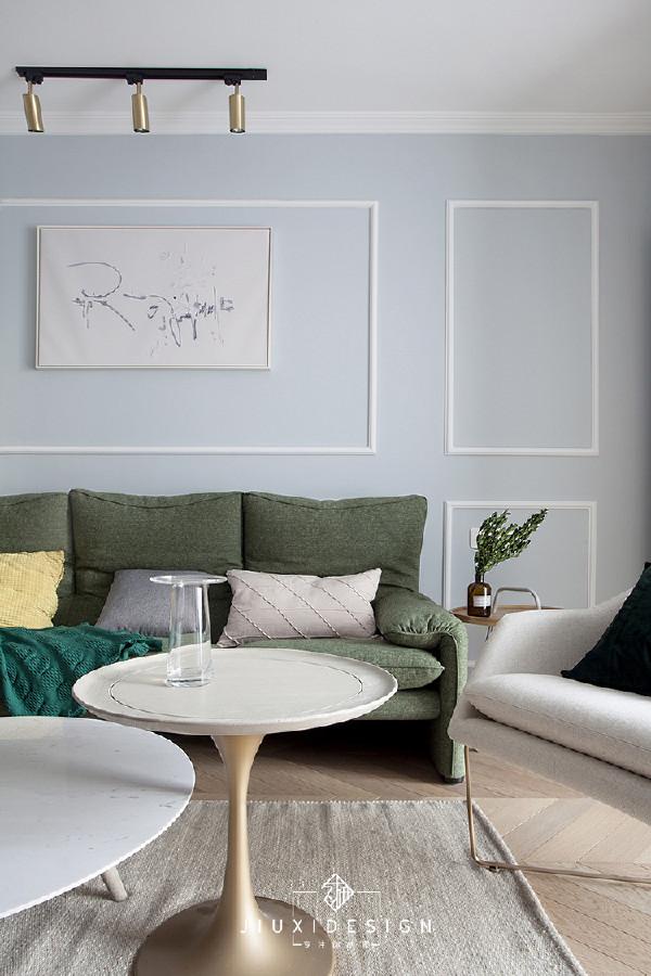 卧躺三人沙发,搭配Level网红矮个单椅,颜值不低的柔软组合,让人很容易注意它们。旁边是在Hacosn Home搬来的铁艺边几,在没有其他安排之前,现在上面放了瓶香薰。茶几并非俗套的套装组合,是乳白+金色。