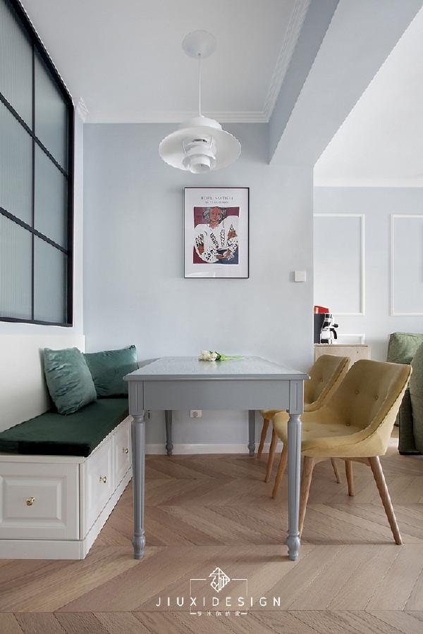 卡座靠墙的侧面是弱电箱,抽出上面的坐垫,盖板是可以打开把它露出来的。顶梁自然划出功能分区,在上面还有源于阿拉丁神灯灵感,丹麦设计师创作的Samzim吊灯,像是百变的保龄球,总能带给人不同的想象空间。