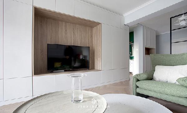 整面嵌入的电视墙,能与玄关柜及卫生间垭口自然衔接。中间开放格的尺寸是1700*1000mm,能满足70寸在内的任何一款电视摆放。整体长度为4700mm,嵌入的薄边在3.7米的视距空间中,哪怕再放一棵大树都不会有一点突兀。