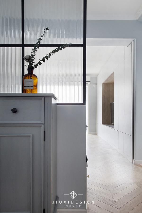 吸睛的田字格长虹玻璃背后,是影影绰绰的客厅光景。