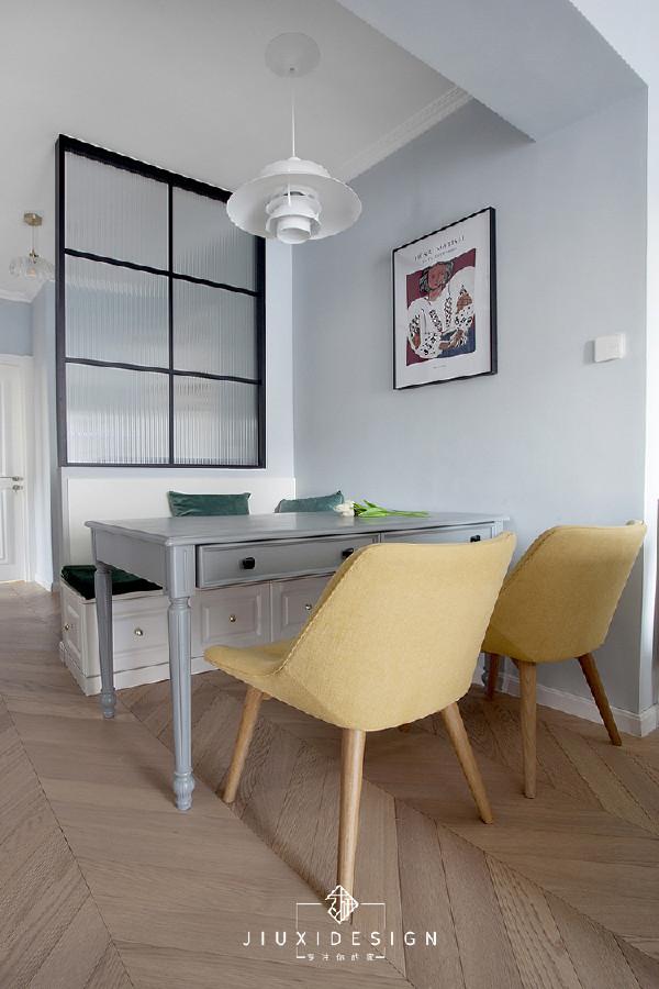隔断的另一侧是餐厅,位置离厨房较近。标准的餐椅,卡座cp能为从玄关转折到客厅过来的动线提供合适的尺寸。