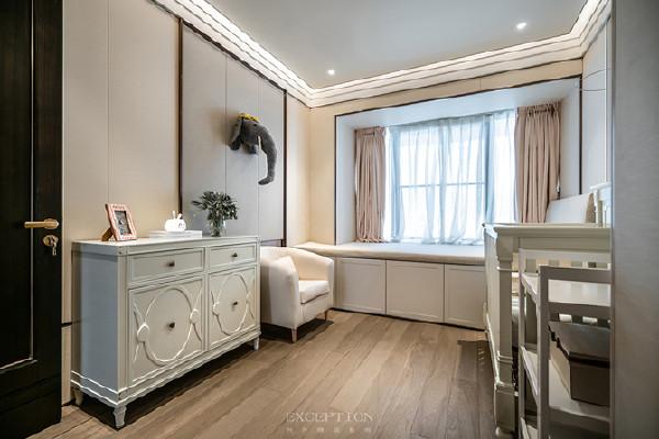 两间婴儿房以淡粉与水蓝作为区隔,配备成对的婴儿床、衣橱,还有一件件童趣别致的玩具。在设计中,