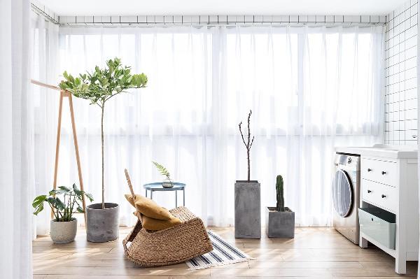 阳台取消了挂以架以木架子代替 再配绿植搭配,满满的原木情怀。大面积的落地窗户,几盆绿植,再摆上一个摇椅助你享受惬意的午休时光。