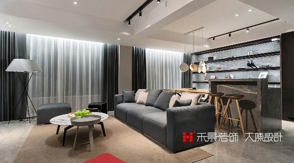 开放式空间最重要的是整体的协调性,本案中,客餐厅融为一体,餐厅背景墙与电视背景墙相呼应。