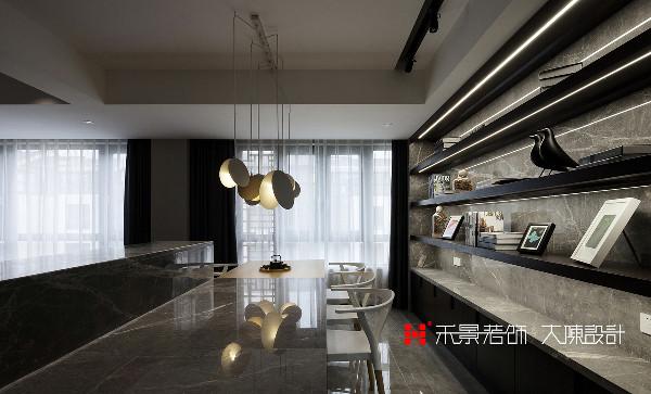 餐桌背后的背柜则通过木作、石材的材质的搭配,再辅以灯光效果,让餐厅背柜更具画面感和视觉张力。