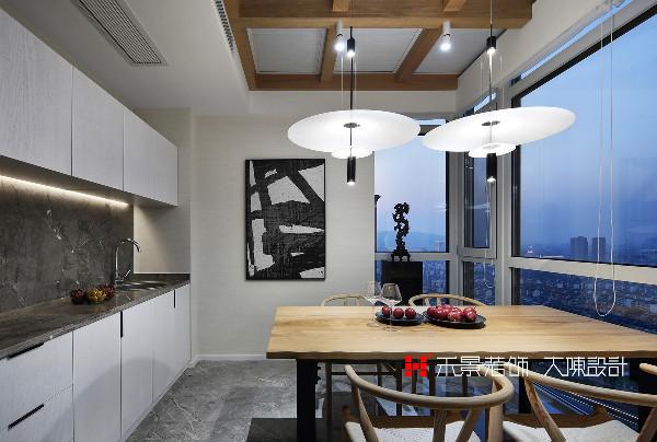 设计师把原户型的北露台改造成餐厅,加盖的玻璃顶棚和落地玻璃窗,北望虞山一览无余,将城市景观尽收眼底。水吧台和收纳储物柜完美满足了女主人施展厨艺、招待亲友的愿望。