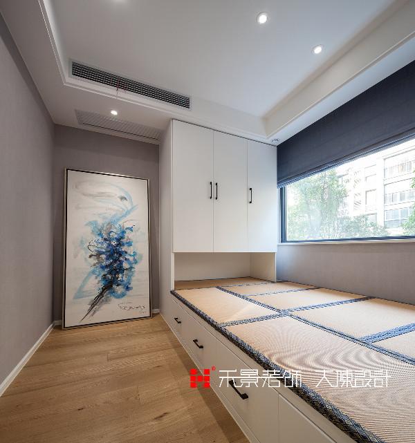 北卧采用榻榻米床和柜子的结合,既节省的空间,又扩大了空间。