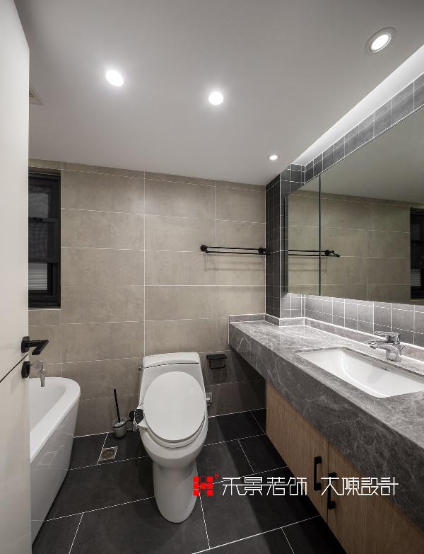 卫生间简约大方,淋浴区以整洁大气的玻璃隔断,为空间打上干净安全的标签,让业主拥有完美的使用体验。