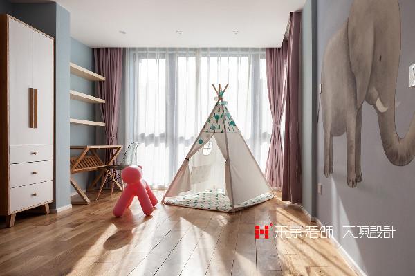 把儿童房通往阳台的移门拆除,阳台封闭,增加安全感的同时扩大儿童房的使用面积,增加了玩耍空间,以适应儿童活泼好动的天性。