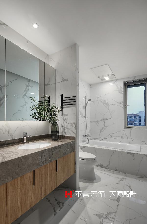 卫生间墙地面采用同款浅色系瓷砖,整体效果十分性感。