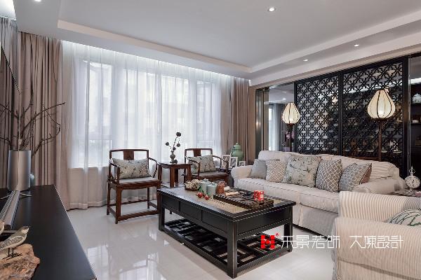 设计师将客厅、餐厅、书房全部设计为开放式,同时又考虑到以后在生活使用上的功能需求,再其之间用透明的钢化玻璃加以分割,并配以中式窗花格加以装饰,