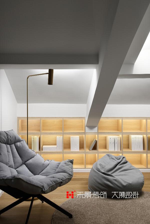 设计师大胆改动,拆除原来小的储藏间,改为圆形旋转楼梯,利用房屋的层高优势,增加出二楼阁楼部分,从而增加了整个户型的储物收纳空间,和一个开放式的阅读区活动区,增进父母与儿女的亲密互动空间。