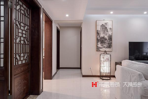 客厅的工艺陈设,器物、抱枕、花瓶、书房的书画、文玩都及为考究,渲染了中国古典的意境美,每个插画、摆饰、造型都精致且中式韵味十足。让人仿佛身临现代版的书香门第、空谷幽兰。