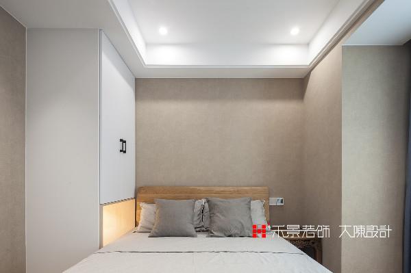 次卧室空间较小,收纳功能一应俱全,每一个角度都自然而然,没有多余的装饰。