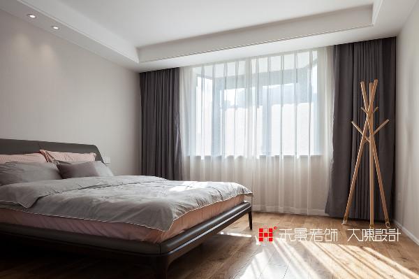 主卧室以舒适为原则,床头做了特别的硬包处理,浅粉色散发着恬静的气息,将身心投入柔软的床上,极其纯净的色彩组合,为这个私人空间注入了契合身心的温柔、安心。