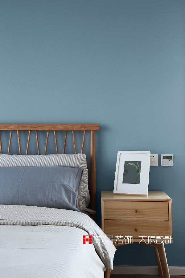 极尽简约的次卧空间里,一抹幽雅的蓝跃入视野中,宁静的蓝色使人感觉轻松,缓解视觉疲劳,有利于快速入睡。