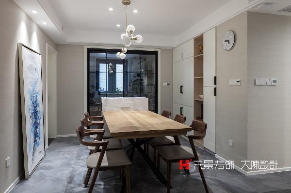 生活的质感来源于不将就,好的用餐环境让生活更幸福。  餐厅延续了客厅的风格,设计师拆除原有入户阳台及餐厅的墙体,不仅增加了嵌入式冰箱的位置,解放厨房空间,置顶式装饰柜也增加了更多收纳空间。