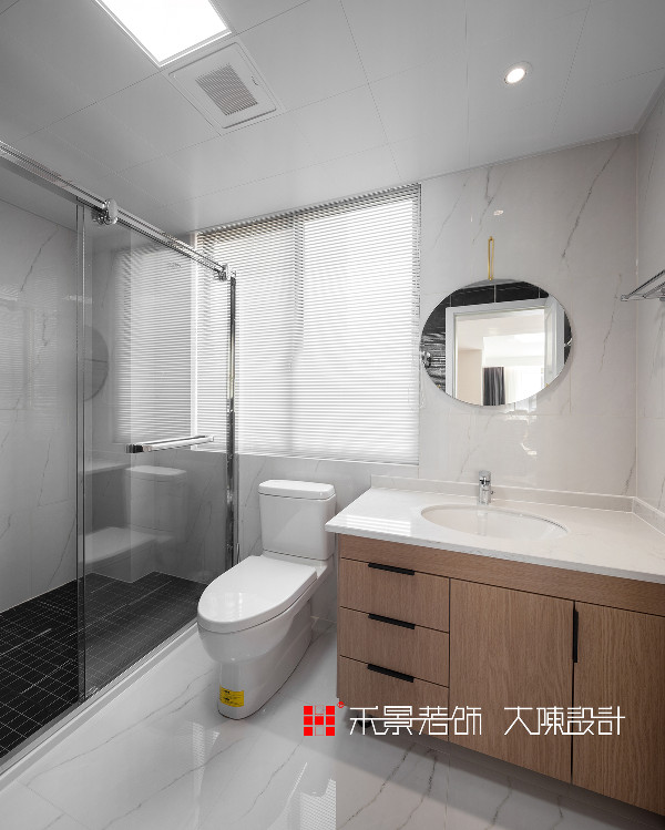 卫生间舍去过多的装饰,只延续主调色彩,让整体空间舒适整洁、纤尘不染。将颜值、功能性与创造性三者结合,少即是多。