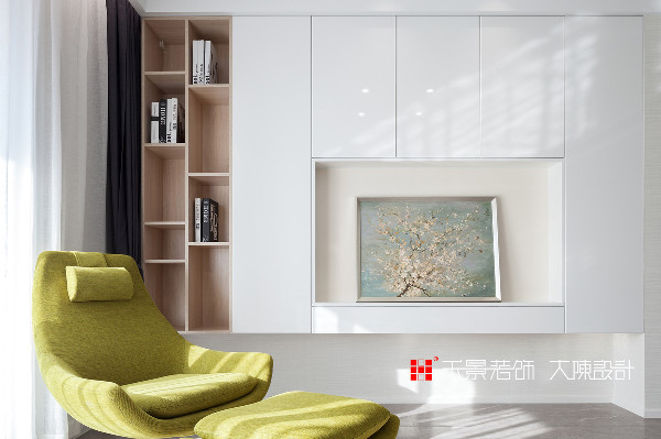 """客厅里的三角形花纹装饰地毯、人体工程学沙发椅、精心裁剪的花艺、""""隐""""在上墙储物柜中间的电视背景墙,每一处细节都包含对生活的热情和对艺术的欣赏,在优雅简约的气质中感受温柔的氛围。"""