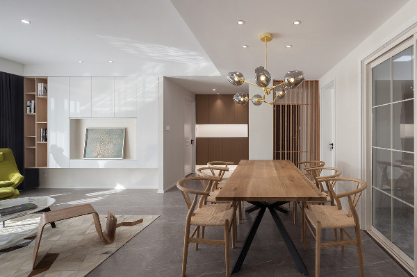 餐厅散逸着浪漫自由的气息,原木餐桌椅更贴近自然的感觉,金属树枝吊灯以最明媚欢快的光辉,点亮一家人美好的用餐时光。
