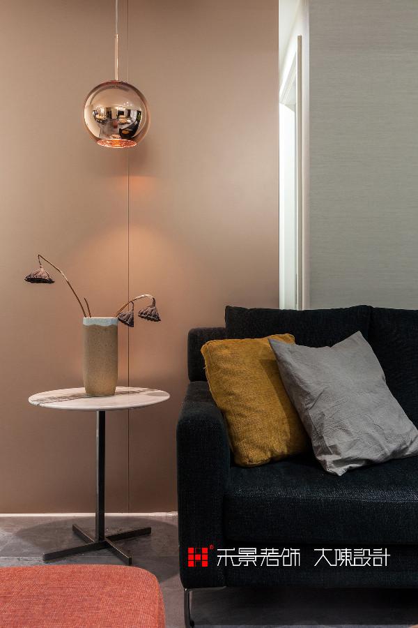 家与自然相融,感受生活的美。    客厅整体基调以沉稳为主,视线会不自觉地被跳色沙发所吸引,因其正对着入户花园,景色优美,当午后的阳光,透过纱帘照入客厅,静静的看花朵在绽放,柔和的色彩蔓延,纯净而温暖。
