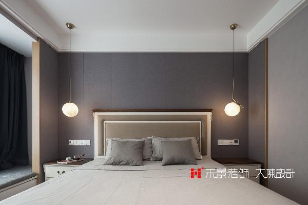 主卧室是一个带卫浴的小套间,床头两侧都有吊灯及面板开关,充分考虑到便携性与实用性。低调的纯色空间给人一种慵懒的感觉,更有利于安稳的睡眠。