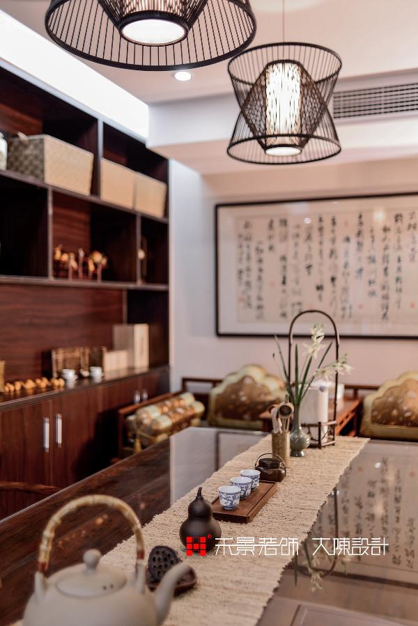 禅意就是把生活简化,给人生做减法,将当下最流行的中国元素融入到书房空间营造中,诠释一种雅致、宁静、贵气的意境空间。而其中苏派家具、门窗花格的使用,更让人感受到中国文化,尤其是吴越的文化的艺术魅力。