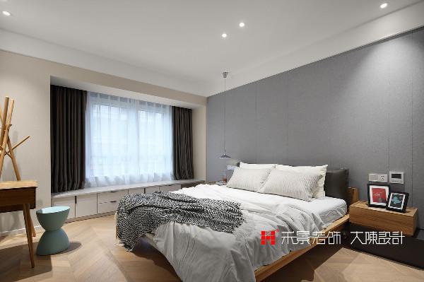 主卧有一整面浅灰色的背景墙,搭配着深浅咖的条纹木地板,简约的布置却能让人的身体得到最大程度的舒展,悠然入睡。