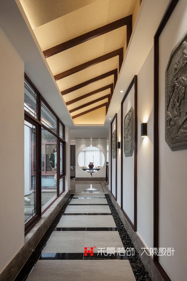 中式讲究含蓄内敛,格外注重门户隐私,原有的实木楼梯扶手,以及走廊中的石雕等有价值的原有构件都加以保留并以现代的手法予以处理,表现出现代人对返璞归真、随性情怀的自然流露。