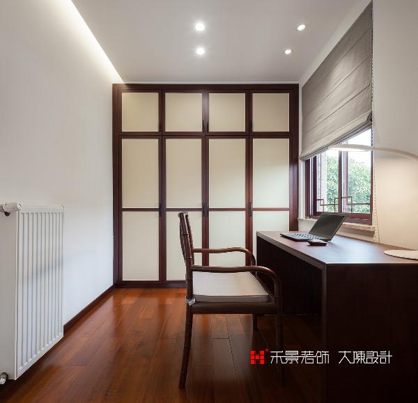 主卧的空间很大,另一侧隔出了书房和衣帽间,新中式书房将现代元素和传统元素结合,以现代人的审美打造传统韵味。