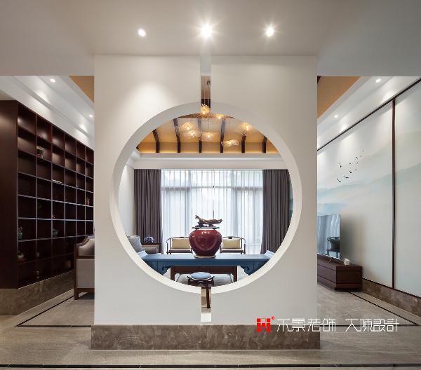 在空间布局上,在进户游廊与客厅之间增加一个现代手法的圆洞门,从而使客厅空间更加的凝神聚气,营造出峰回路转、豁然开朗的气韵。