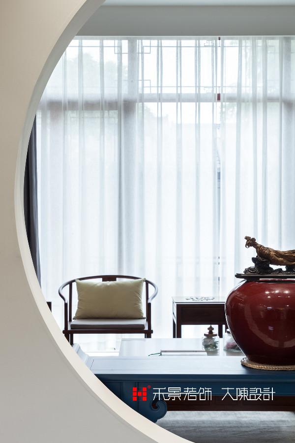 极具现代感的多宝阁配合各式紫砂壶,及现代新中式风格家具的搭配,一系列中式元素恰如其分,使得整个空间,看似简约中充满了东方的底蕴。