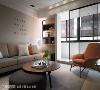 客厅设计 顺应空间结构,宽敞的前阳台门片镶嵌的黑框,呼应橘色单椅的金属脚,在形体与色彩的对应形塑舒适的平衡感。